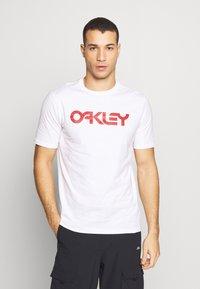 Oakley - MARK II TEE - T-shirt con stampa - white - 0