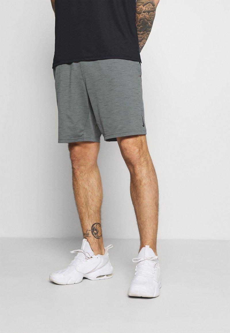 Nike Performance - YOGA - Urheilushortsit - smoke grey/iron grey/black