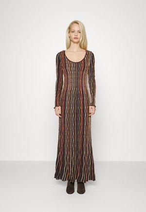 LONG DRESS - Stickad klänning - carob