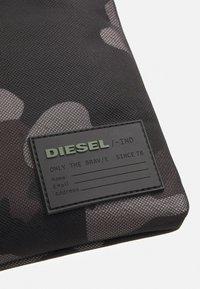 Diesel - DISCOVER-ME F-DISCOVER CROSS CROSS BODYBAG - Across body bag - jet black/gray - 3