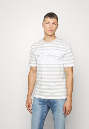 SIGNATURE STRIPE RELAXED FIT TEE - T-shirt z nadrukiem - white