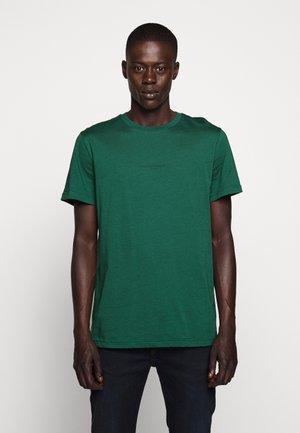 GUSTAV BUSTER TEE - Jednoduché triko - dark green