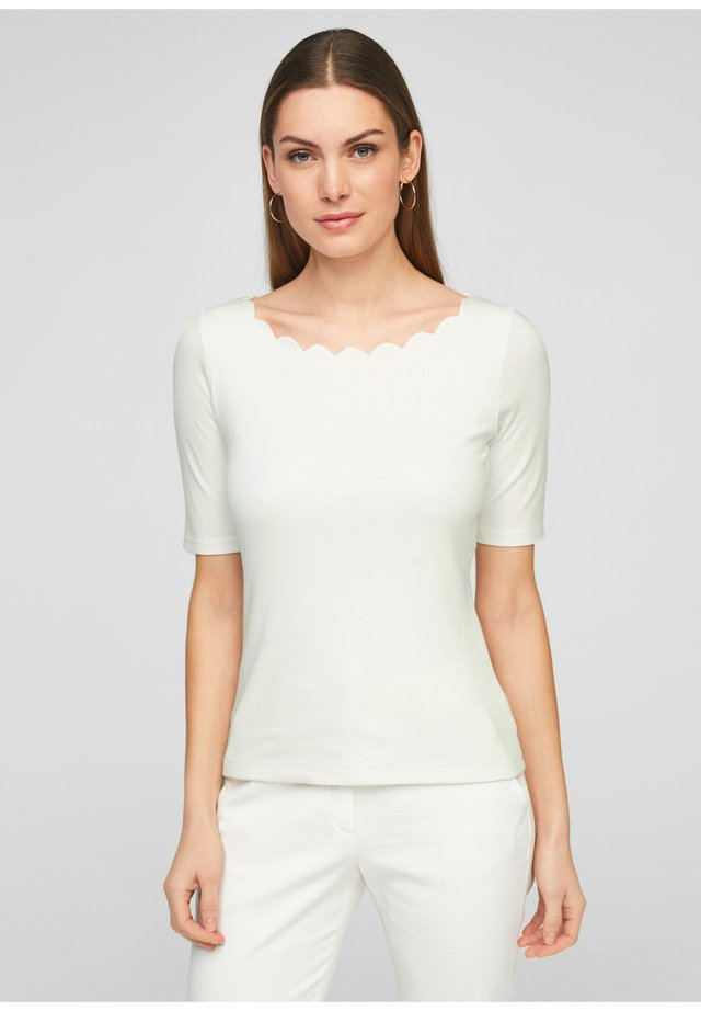 MIT MUSCHELSAUM - T-Shirt basic - soft white