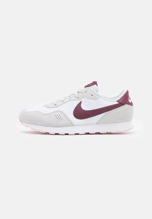 VALIANT UNISEX - Sneakersy niskie - white/dark beetroot/photon dust/pink foam