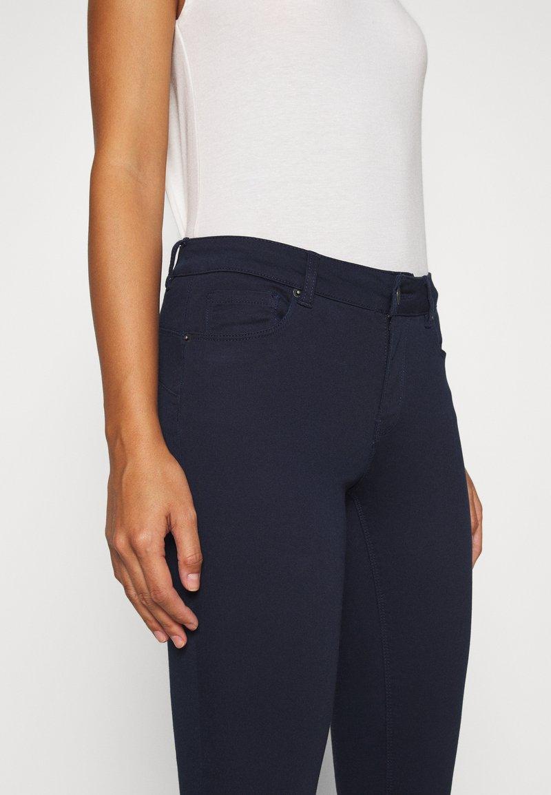 Vero Moda Petite - VMHOT SEVEN SLIM PUSH UP PANTS - Trousers - navy blazer
