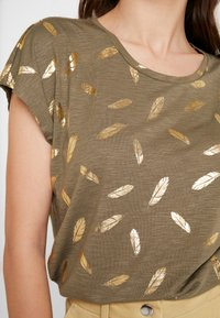 ONLY - ONLFEATHER - Print T-shirt - kalamata/gold - 5