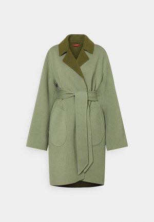 TOMIKO REVERSIBLE BELTED COAT - Klassisk frakke - sage/olive