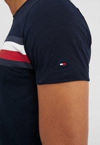 Tommy Hilfiger - LOGO TEE - T-shirts med print - blue - 5