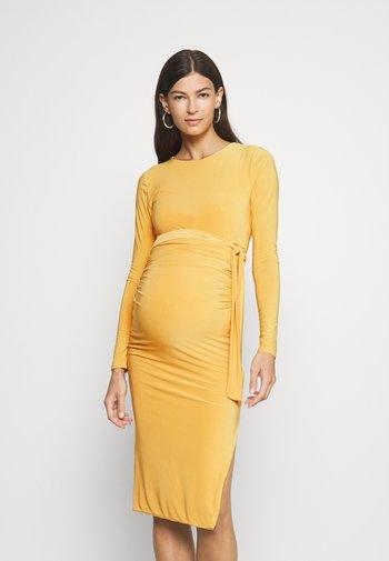 SLINKY TIE BELT  - Žerzejové šaty - yellow