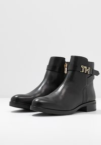 Tommy Hilfiger - HARDWARE FLAT BOOTIE - Classic ankle boots - black - 4