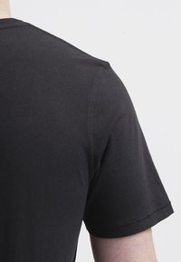 Levi's® - GRAPHIC SET-IN NECK - T-shirt z nadrukiem - graphic black - 4