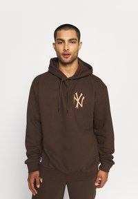 New Era - MLB NEW YORK YANKEES OVERSIZED SEASONAL COLOUR HOODY - Klubové oblečení - midnight brown - 0