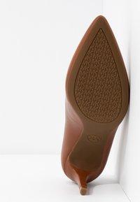 MICHAEL Michael Kors - DOROTHY FLEX - Classic heels - luggage - 6