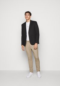 Les Deux - COMO SUIT PANTS SEASONAL - Bukse - dark sand - 1