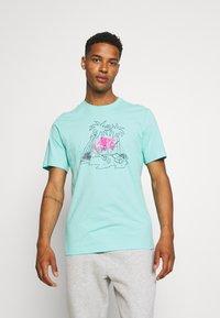 Nike Sportswear - TEE FUTURA TREE - T-shirt med print - tropical twist - 0