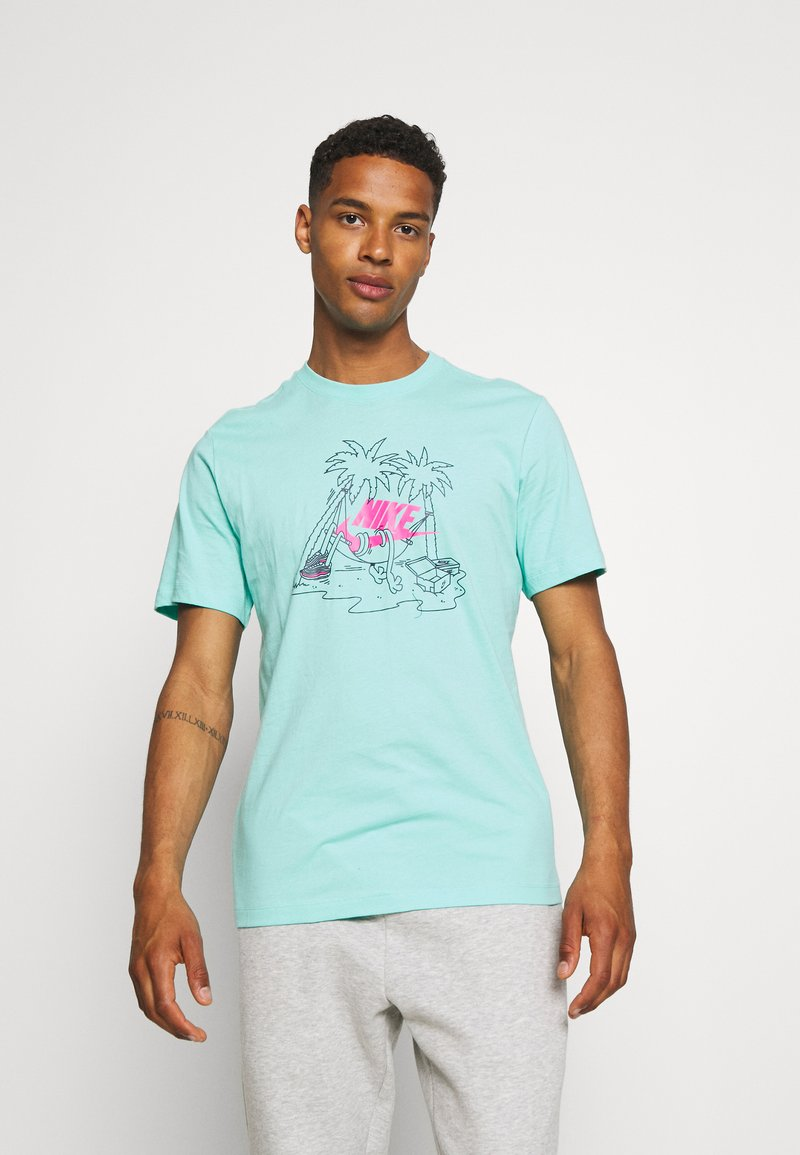 Nike Sportswear - TEE FUTURA TREE - T-shirt med print - tropical twist