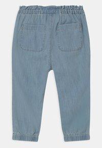 GAP - TODDLER GIRL  - Relaxed fit jeans - light-blue denim - 1