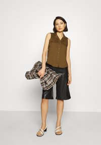 Banana Republic - UTILITY RESORT COLLAR - Button-down blouse - cindered olive - 1