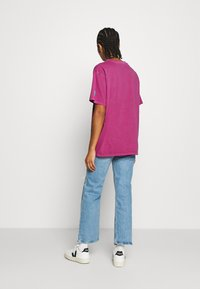 Levi's® - LEVI'S X PEANUTS GRAPHIC - T-shirts med print - fuschia red - 2