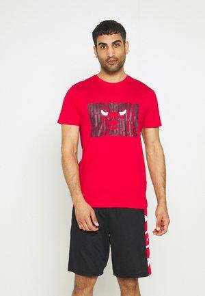CHICAGO BULLS NBA WORDMARK REPEAT TEE - Club wear - red