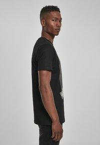 Mister Tee - MISTER TEE PRAY DOLLAR - Print T-shirt - black - 4