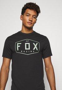 Fox Racing - CREST TECH TEE - Print T-shirt - black/green - 3