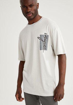 OVERSIZE - T-shirt med print - grey