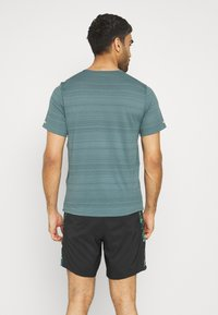 Nike Performance - MILER  - T-shirts basic - dark green - 2