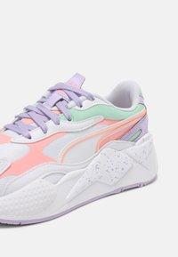 Puma - RS-X³PASTEL MIX - Sneakers laag - puma white/elektro peach/mist green - 7