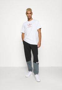 adidas Originals - TREF SERIES TEE UNISEX - T-shirt imprimé - white - 1