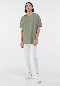 Bershka - MIT VINTAGE WASCHUNG  - Jeans a sigaretta - white - 1