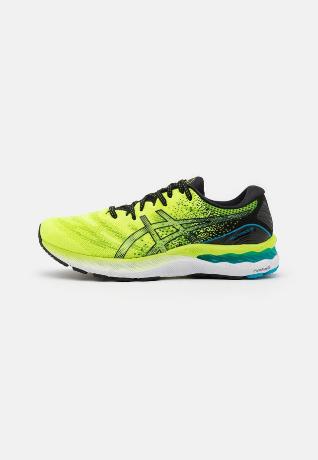 GEL NIMBUS 23 - Scarpe running neutre - hazard green/black