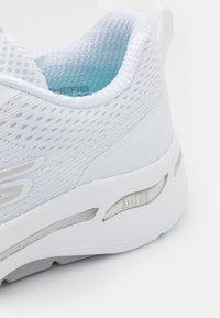 Skechers Performance - GO WALK ARCH FIT - Sportieve wandelschoenen - white/silver - 5