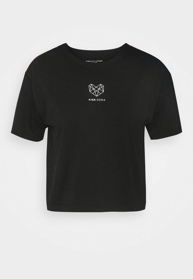 BAY TAPE - Printtipaita - black
