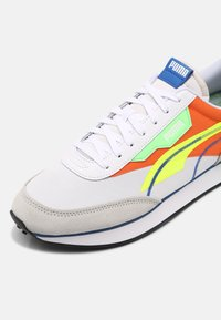 Puma - FUTURE RIDER TWOFOLD SD POP UNISEX - Trainers - white/yellow alert/carrot - 6