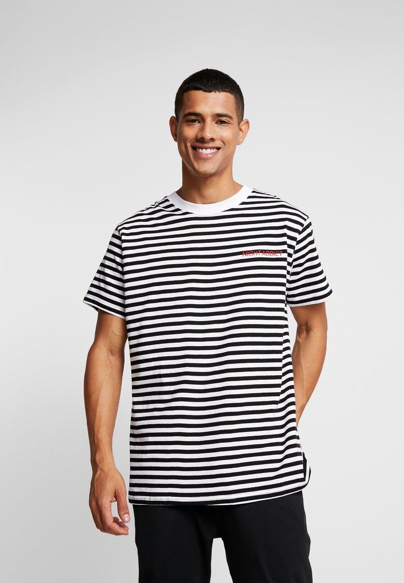 Night Addict - T-shirt med print - black/white/red