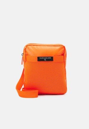 MINI REPORTER - Taška spříčným popruhem - vivid orange