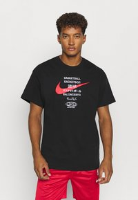 Nike Performance - TEE GLOBAL CONTENT  - Print T-shirt - black - 0