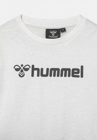 Hummel - NOVET SET UNISEX - Print T-shirt - marshmellow - 3