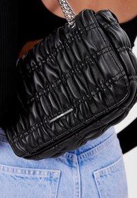 Bershka - GESTEPPTE MIT FALTEN - Across body bag - black - 1