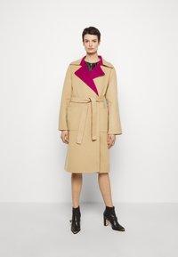 Alberta Ferretti - Klasický kabát - pink/beige - 0