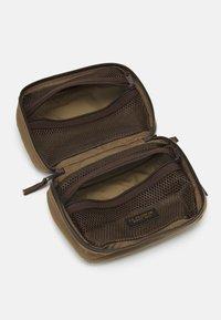 Filson - TRAVEL PACK - Wash bag - fieldtan - 2