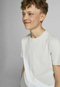 Jack & Jones Junior - T-shirt med print - glacier gray - 3