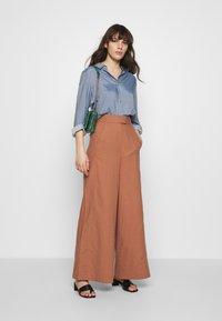 IVY & OAK - SUPER FLARED PANTS MAXI - Spodnie materiałowe - rose tan - 1