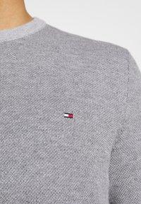 Tommy Hilfiger - MOULINE STRUCTURE CREW NECK - Sweter - grey - 4