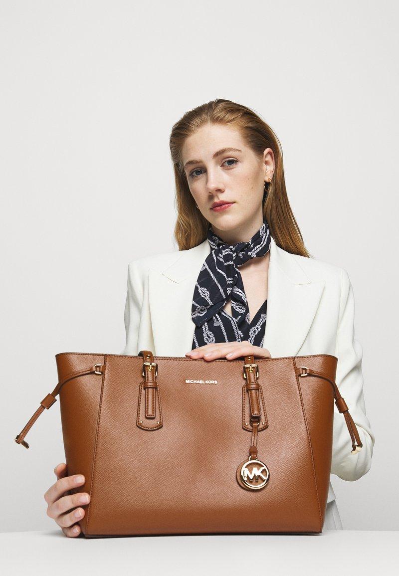 MICHAEL Michael Kors - VOYAGER TOTE - Handbag - luggage