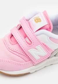 New Balance - IZ997HHL - Trainers - pink - 5