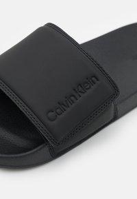 Calvin Klein - SLIDE - Matalakantaiset pistokkaat - black - 5