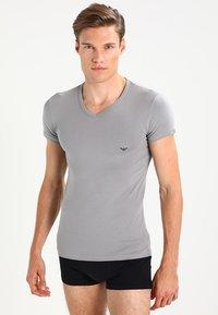 Emporio Armani - V NECK 2 PACK - T-shirt basique - black/gray - 1