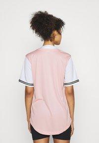 Karl Kani - VARSITY BLOCK BASEBALL - Print T-shirt - rose - 2